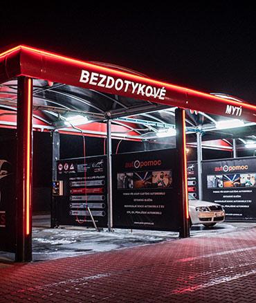 Noční pohled na bezkontaktní automyčku Diamonds v Nymburce.
