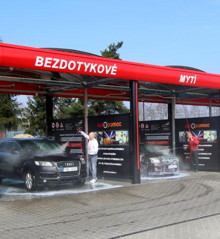 Pohled na bezkontaktní mytí osobních aut v automyčce Diamonds v Nymburce.