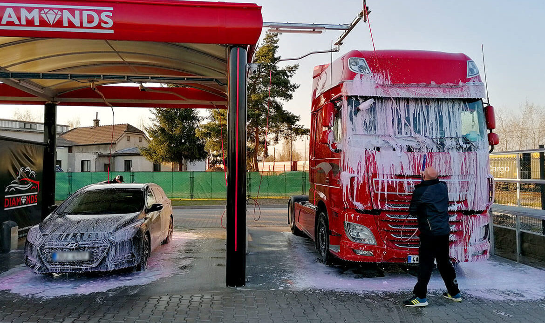 Mytí osobního a nákladního vozu aktivní pěnou v samoobslužné myčce Diamonds v Nymburce.