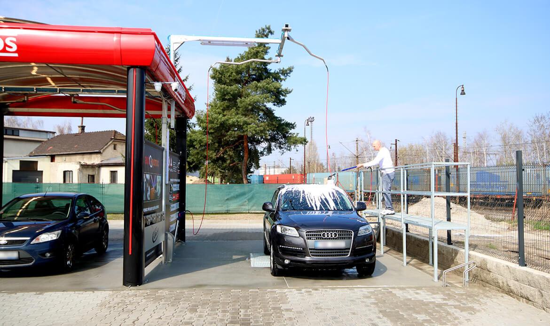Mytí SUV aktivní pěnou z plošiny v samoobslužné myčce Diamonds v Nymburce.