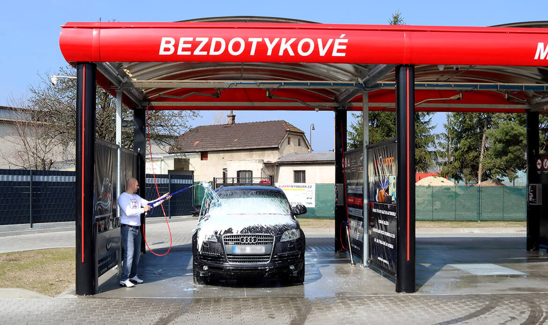 Mytí SUV aktivní pěnou v samoobslužné myčce Diamonds v Nymburce.