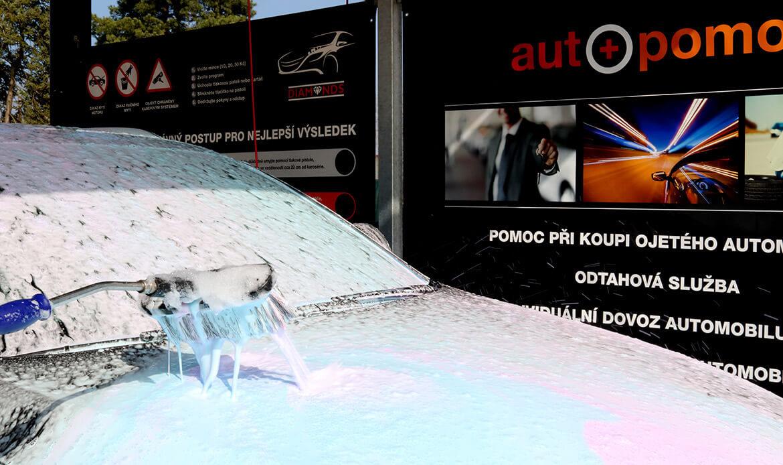 Mytí osobního vozu aktivní pěnou v bezkontaktní myčce Diamonds v Nymburce.
