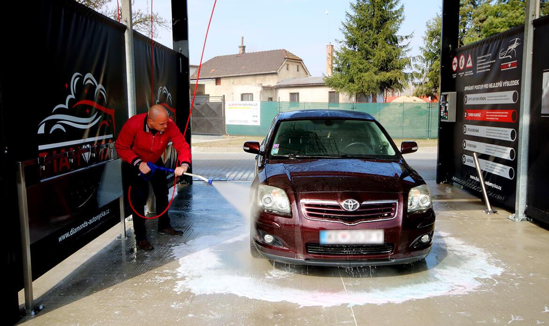 Mytí osobního vozu v boxu bezkontaktní myčky Diamonds v Nymburce.
