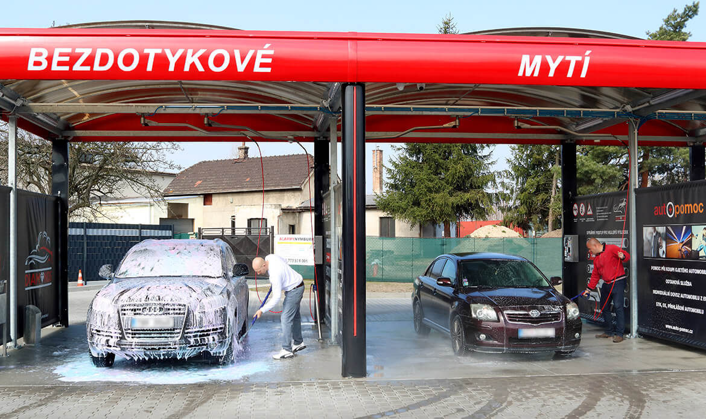Mytí aut v boxech v bezkontaktní automyčce Diamonds v Nymburce.
