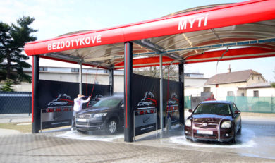 Mytí aut v bezkontaktní automyčce Diamonds v Nymburce.