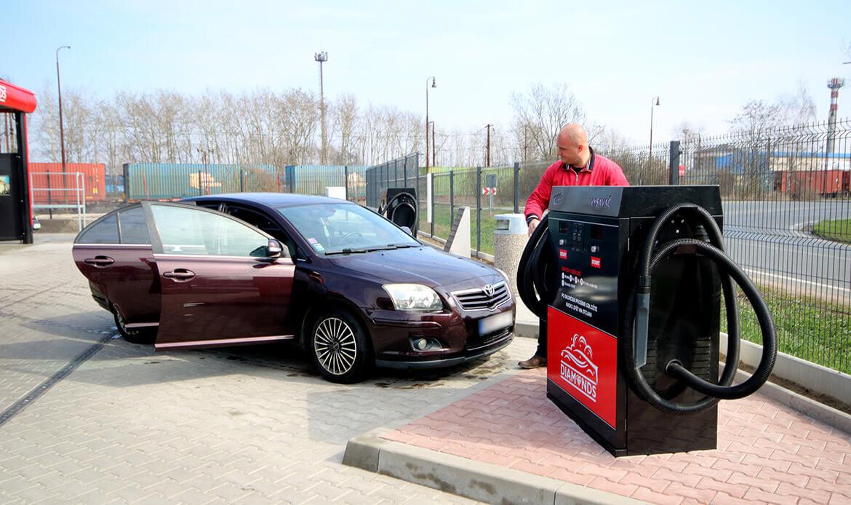 Připravené osobní auto ve stání s vysavačem v automyčce Dimonds v Nymburce.