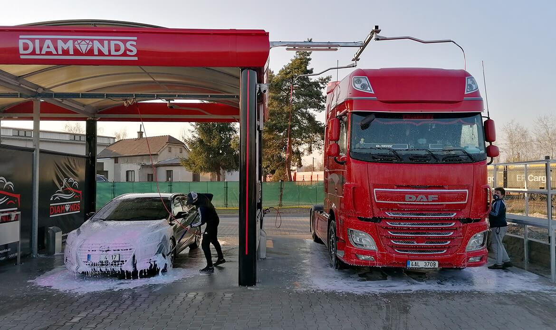 Mytí osobního a nákladního vozu v samoobslužné myčce Diamonds v Nymburce.