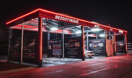 Bezkontaktní automyčka Diamonds v Nymburce v noci.